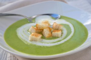 Erbsencremesuppe mit Croutons
