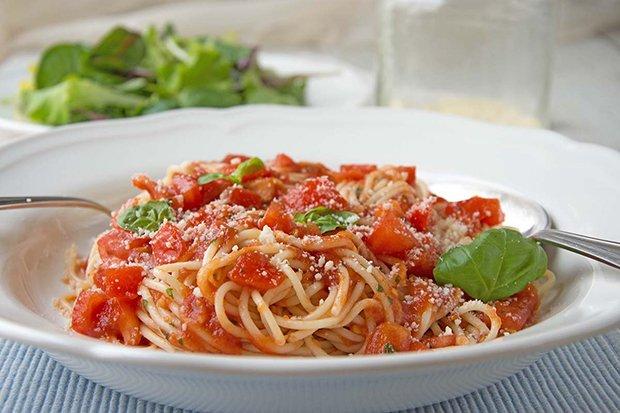 spaghetti mit kalter tomatensauce rezept. Black Bedroom Furniture Sets. Home Design Ideas