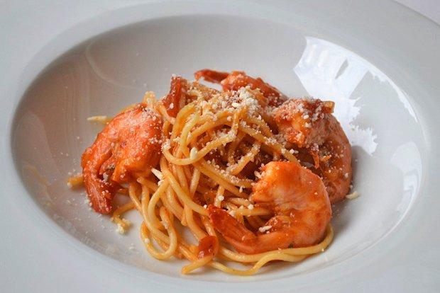 spaghetti mit scharfer tomatensauce und garnelen rezept. Black Bedroom Furniture Sets. Home Design Ideas