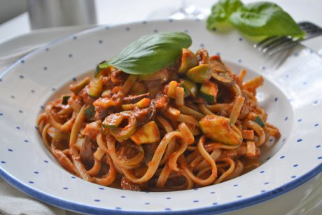 spaghetti con tomatensauce und gem se rezept. Black Bedroom Furniture Sets. Home Design Ideas